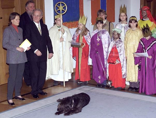 Президент Германии Йоханнес Рау с женой и собакой Скутером на рождественском представлении, 2001 год