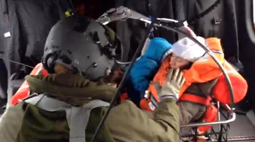 Итальянский центр спасения пассажиров попробовал эвакуировать оставшихся пассажиров и членов команды на находящийся поблизости военный корабль, однако усиление ветров так и не позволило осуществить массовую пересадку