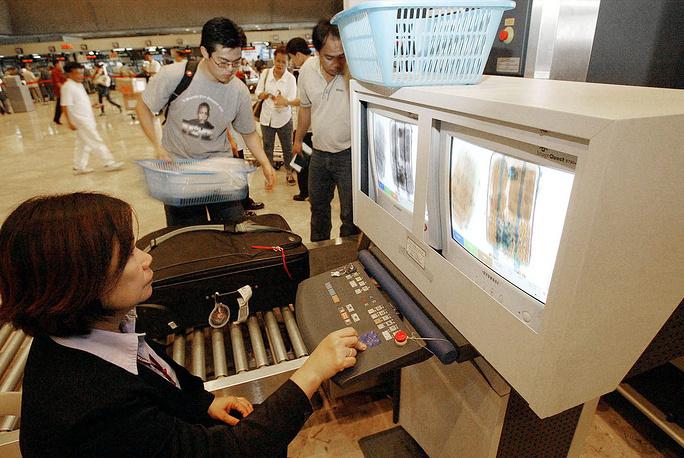 Проверка багажа службой безопасности Международного аэропорта имени Ниноя Акино в Маниле