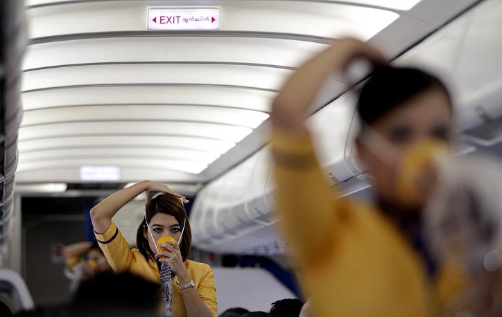 Ответственность за безопасность пассажиров в полете лежит на стюардах (бортпроводниках). Демонстрация правил безопасности полета бортпроводницами компании Golden Myanmar Airlines