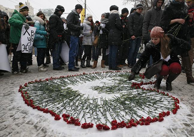В Москве у здания французского посольства прошла акция поддержки и солидарности с народом Франции в связи с трагедией в Париже. Люди принесли цветы к зданию диппредставительства. В руках они держали транспаранты в поддержку журналистов Charlie Hebdo