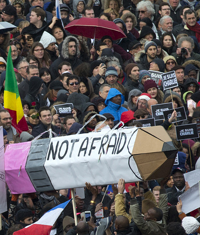 """Среди лозунгов марша - """"Франция солидарна"""", """"Франция не уступит"""". На фото: макет карандаша со словами """"Не боимся"""" на площади Республики"""