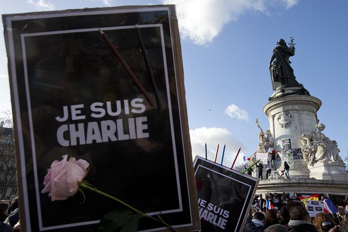 """Многие манифестанты также принесли на акцию таблички с надписью """"Я - Шарли"""" (""""Je suis Charlie"""") в память о журналистах, убитых в редакции сатирического издания Charlie Hebdo. На фото: начало марша на площади Республики"""