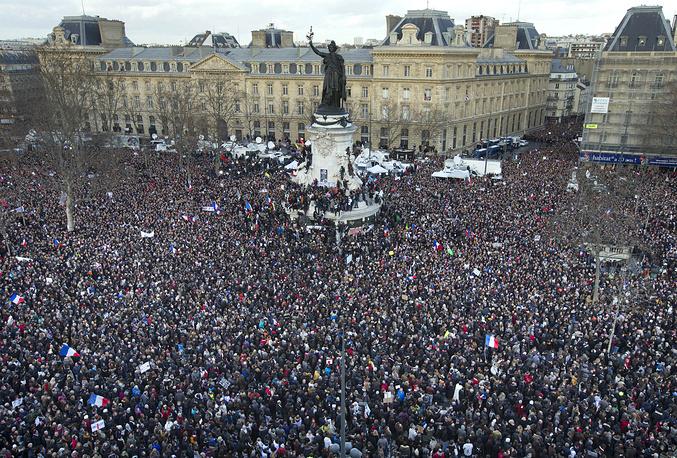 """Идея общенационального марша получила широкую поддержку. """"Все, кто любит Францию, ее принципы толерантности, должны принять участие"""", - заметил премьер-министр Манюэль Вальс"""