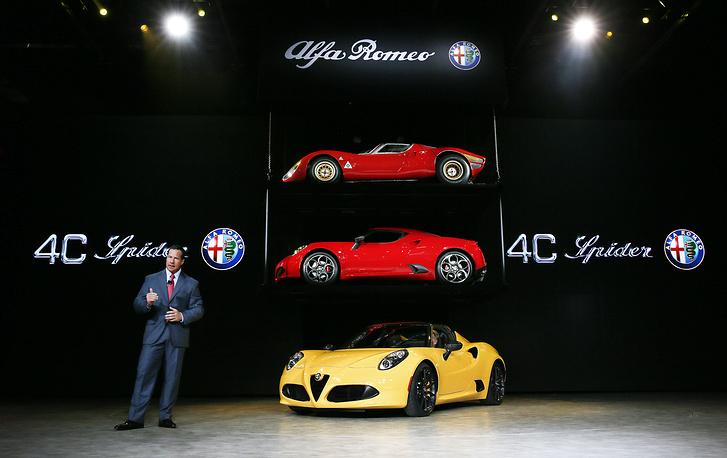 Президент и главный исполнительный директор Alfa Romeo Рейд Бигланд представляет автомобиль Alfa Romeo 4C Spider