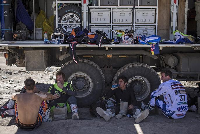 Участники марафона в зачете мотоциклистов отдыхают перед стартом четвертого этапа на участке Чилесито - Копьяпо, 7 января