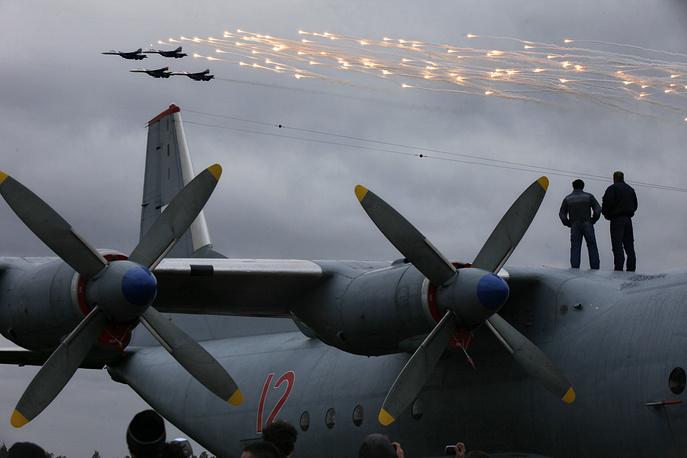 """На истребителях Су-27 выступает авиационная группа высшего пилотажа """"Русские витязи"""" - единственная пилотажная команда, летающая на боевых самолетах. Выступление """"Русских витязей"""" на праздновании 100-летия российских ВВС. 2012 год."""