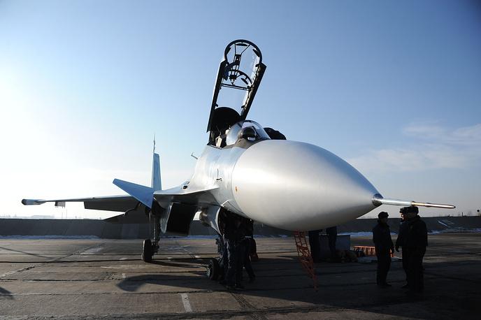 """Многоцелевой истребитель Су-30СМ поколения """"4+"""" (обладает сверхманевренностью). Забайкальский край, Су-30СМ перед учебно-боевыми полетами на авиационной базе Восточного военного округа, 2013 год"""