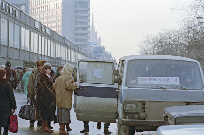 С 22 по 24 сентября 1993 года официальный курс рубля упал на 25% по отношению к доллару, который вырос с 1036 до 1299 руб. Возник ажиотажный спрос на валюту. На фото: выездной обменный пункт валюты на Новом Арбате, 1993 год