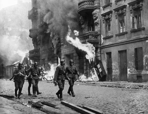 Гитлеровские солдаты во время подавления восстания в варшавском гетто, май 1943 года