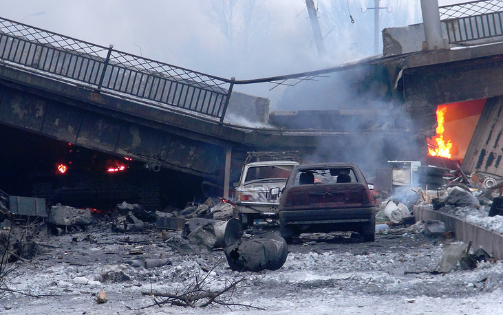 По словам главы ДНР Александра Захарченко, все попытки украинских войск отбить аэропорт провалились. На фото: разрушенный Путиловский мост, 18 января 2015 года