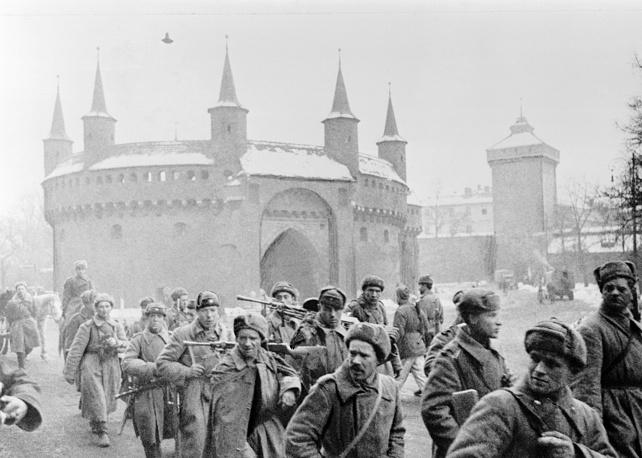 Первые советские пехотинцы на улицах Кракова, 1945 год