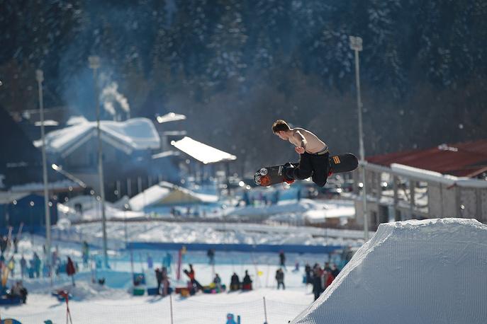 Главным событием Дня снега на «Архызе» стало открытие сноу-парка. Это первое в СКФО место для катания сноубордистов и лыжников, оборудованное трамплинами.