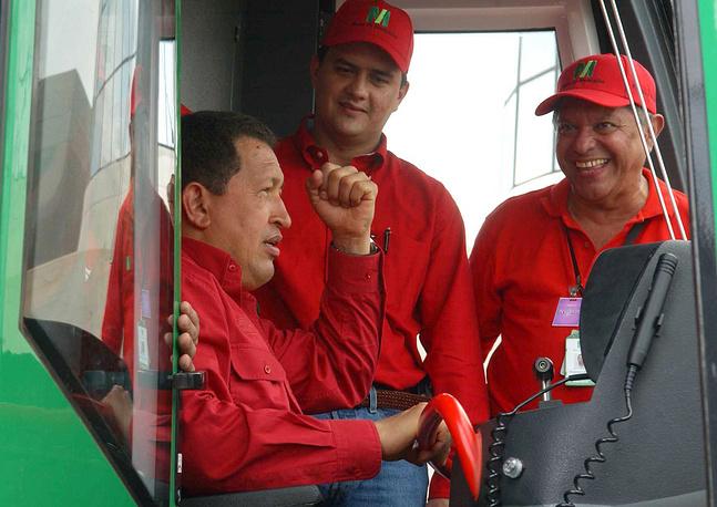 Президент Венесуэлы Уго Чавес управляет поездом метро в Маракайбо, Венесуэла, 2006 год