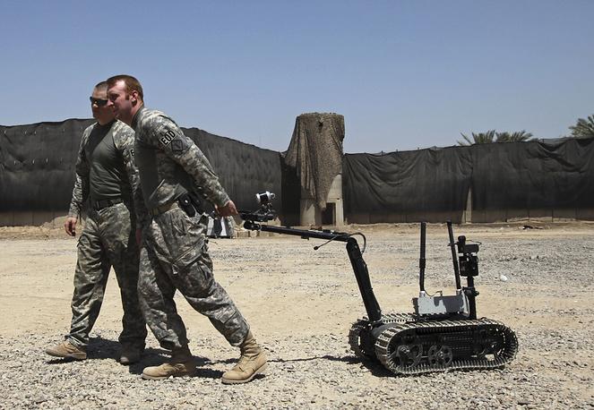 Солдаты армии США и робот-сапер. Ирак, 2009 год