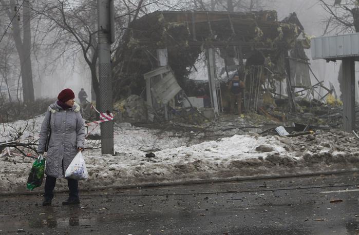 20 января в результате обстрела украинскими силовиками Киевского района Донецка погиб один мирный житель, шестеро получили ранения. Снаряд упал рядом с остановкой, к которой в тот момент подъезжала маршрутка. На фото: местная жительница около обстрелянной остановки общественного транспорта в Киевском районе
