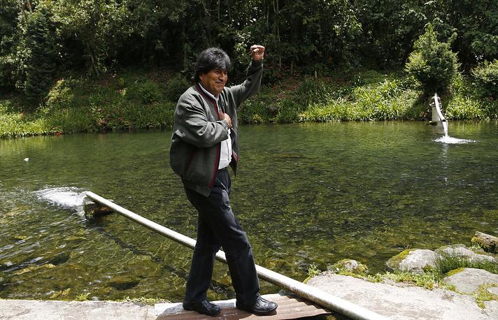 Главный вызов для правительства Моралеса заключается в возможном снижении цен на газ, который выступает основным источником доходов Боливии. Оно может произойти уже во второй половине этого года под влиянием падения мировых цен на нефть. Моралес недавно заявил, что в случае необходимости власти прибегнут к накопленным валютным запасам, которые составляют около $14,4 млрд. На фото: Эво Моралес во время визита на фирму по производству форели, Паракти, Боливия, 2014 год