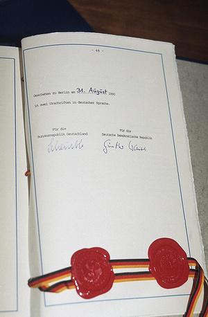 Подписи министра внутренних дел ФРГ Вольфганга Шойбле и главного переговорщика от ГДР Гюнтера Краузе под актом об объединении Германии