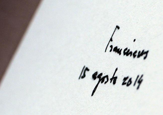 Подпись папы римского Франциска в книге посетителей в Южной Корее