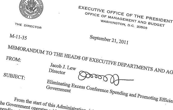 Подпись министра финансов США Джейкоба Лью. По закону подпись действующего министра финансов США размещена на каждой долларовой купюре. Это обстоятельство вызвало бурную дискуссию в американском обществе после объявления Барака Обамы о предстоящем назначении Лью главой минфина. Многие американцы заявляли, что нельзя допустить, чтобы на национальной валюте была размещена такая некрасивая подпись