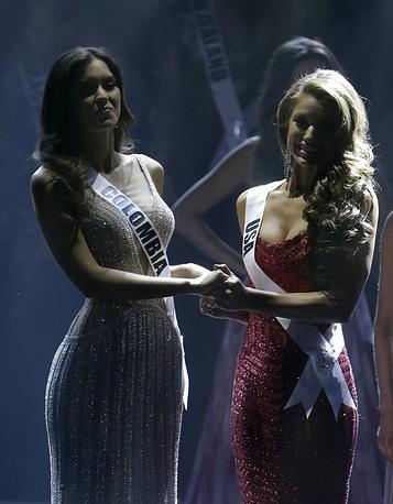 Паулина Вега из Колумбии и Ниа Санчез из США перед объявлением имени победительницы конкурса