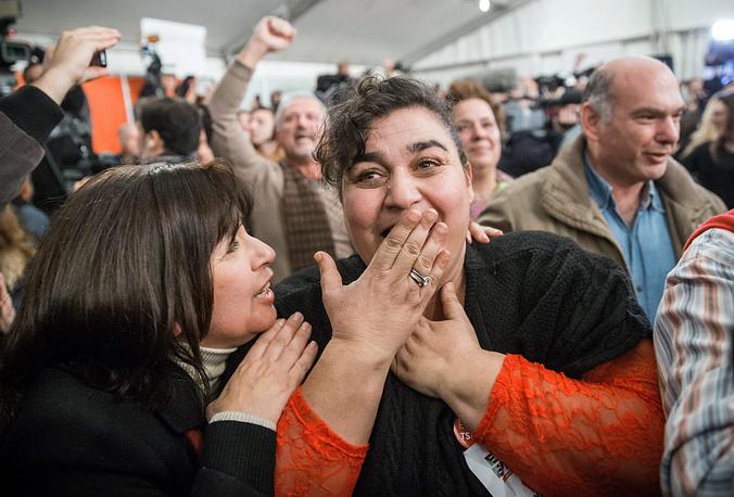 В числе других объявленных Ципрасом мер - возвращение минимальной зарплаты €751, восстановление не облагаемого налогами минимума €12 тыс. для всех. На фото: сторонники партии СИРИЗА во время празднования победы коалиции