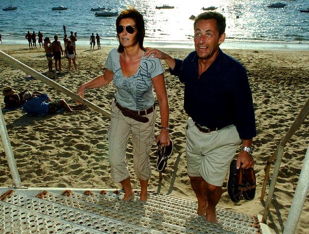 Николя Саркози с женой Сесилией на пляже в Аркашоне на юго-западе Франции, 2006 год. В октябре 2007 года супруги развелись