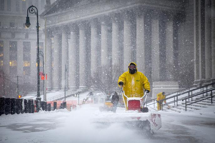Уборка снега на площади Фоли в Нью-Йорке