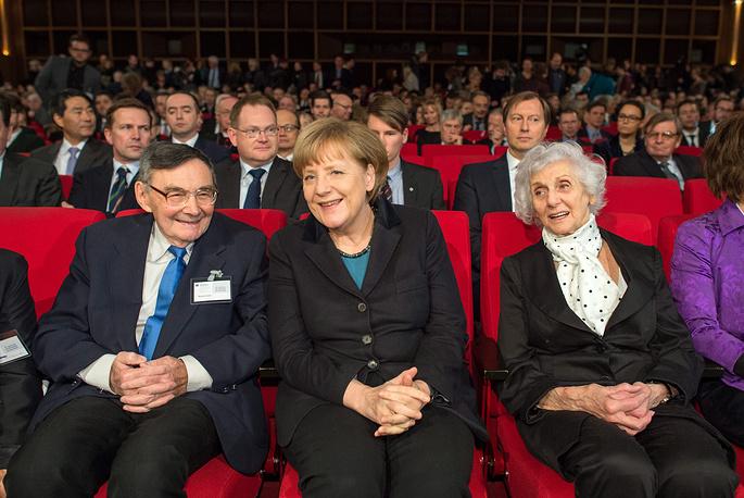 Ангела Меркель с выжившими заключенными Освенцима Евой Пуцтай-Фахиди (справа) и Марианом Турски (слева)
