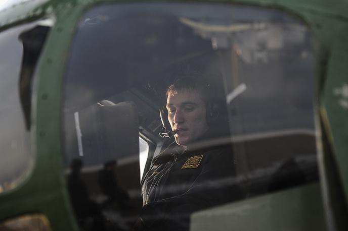 Пилот в кабине вертолета Ми-8 во время учебно-тренировочных полетов