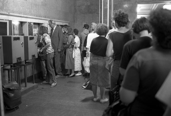 Очередь в вестибюле метро за жетонами после очередного подорожания проезда, 1992 год