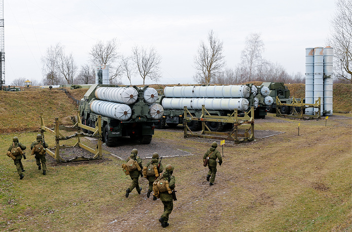 Боевые расчеты пусковых установок ЗРК С-300
