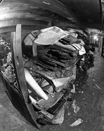 14-15 февраля 1988 года в Библиотеке Академии наук СССР в Ленинграде произошел сильный пожар с катастрофическими последствиями для фондов: было утрачено 298 961 документ, в том числе подшивки газет с 1922 по 1953 год (треть газетного фонда), серьезно пострадало 3,5 млн единиц хранения. На фото: газетное хранилище