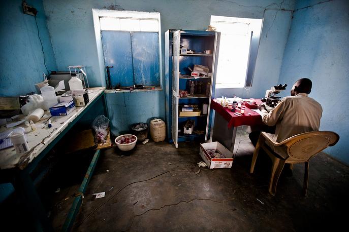 На фото: больница в одной из деревень в Северном Дарфуре, которая из-за непрекращающихся столкновений, а также эпидемий принимает сотни людей ежедневно. В больнице работает всего один врач