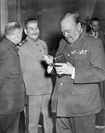 Маршал Советского Союза Иосиф Сталин и премьер-министр Великобритании Уинстон Черчилль перед началом одного из заседаний