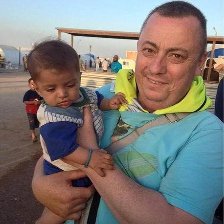 Хеннинг занимался доставкой гуманитарной помощи в Сирию, где был похищен в декабре 2013 г.