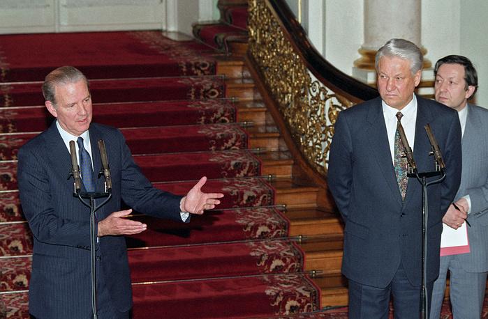 """Джеймс Бейкер занимал пост госсекретаря при Джордже Буше-старшем с 1989 по 1992 год. В бытность его главой внешнеполитического ведомства США участвовали в проведении операции """"Буря в пустыне"""". На фото: президент РФ Борис Ельцин (справа) и госсекретарь США Джеймс Бейкер во время пресс-конференции, 17 февраля 1992 год"""
