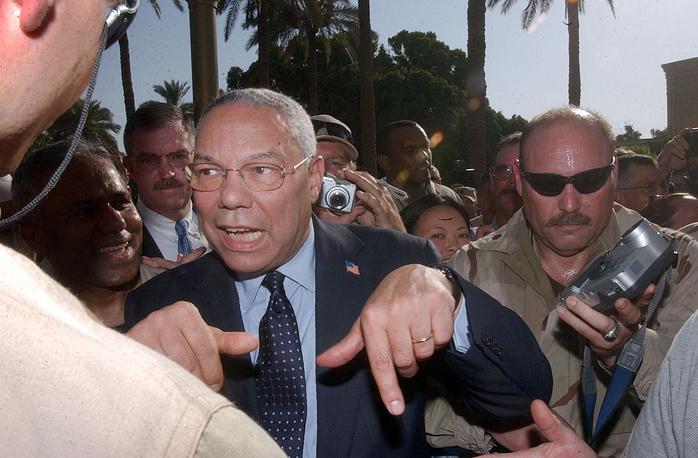 Колин Пауэлл занимал пост главы Госдепартамента при Джордже Буше-младшем с 2001 по 2005 год. Во время его пребывания на этом посту началась война в Ираке. Примечательно, что Пауэлл настаивал на том, что операция против режима Саддама Хусейна не может быть начата без рассмотрения этого вопроса в Совбезе ООН.  На фото: Колин Пауэлл общается с персоналом посольства США в Багдаде, июль 2004 года