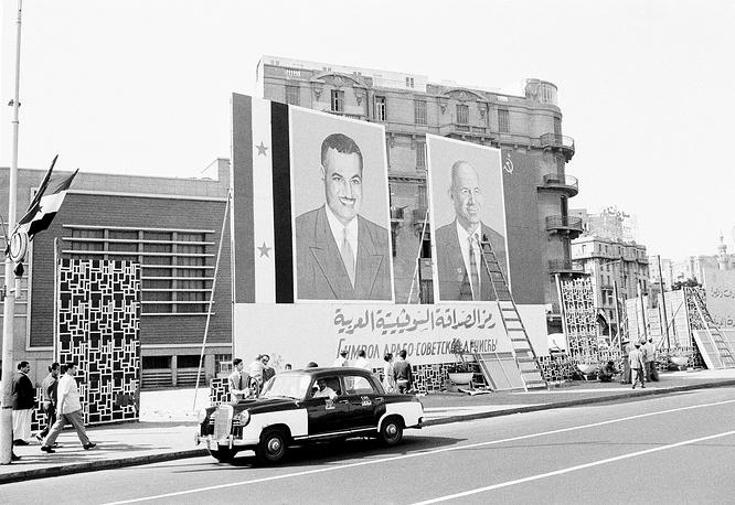 Портреты председателя Совета Министров СССР Никиты Хрущева и президента Египта Гамаля Абдель Насера на улицах Каира, вывешенные в преддверии визита Хрущева в Египет