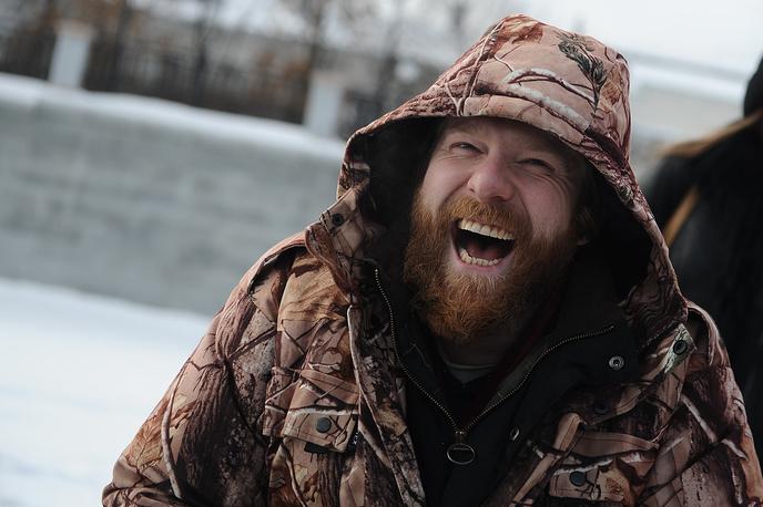 Алекс Клэр во время подледной рыбалки на городском пруду в Екатеринбурге