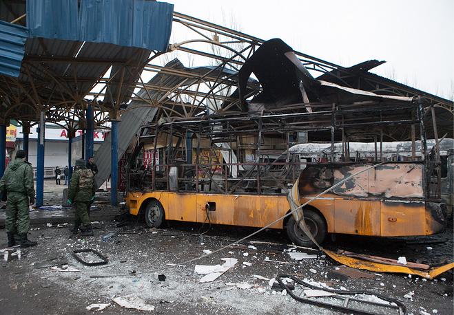 Разрушенные павильоны на автостанции, где в результате попадания снаряда сгорел маршрутный автобус