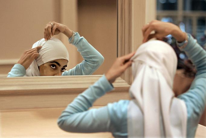 В 2006 году американская школьница-мусульманка написала открытое письмо всем мусульманкам с призывом отказаться от ношения платков, аппеллируя к тому, что об этом не говорится в Коране