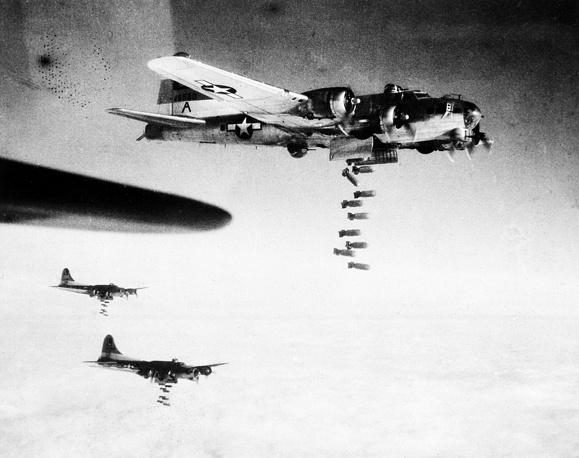 Днем 14 февраля более 300 бомбардировщиков ВВС США B-17 Flying Fortress сбросили на сортировочные железнодорожные станции города более 750 тонн бомб