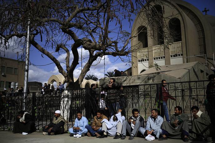 В связи с произошедшим президентом Египта Абделем Фаттахом ас-Сиси объявлен семидневный траур по жертвам террора. На фото: родственники погибших в провинции Эль-Минья возле церкви