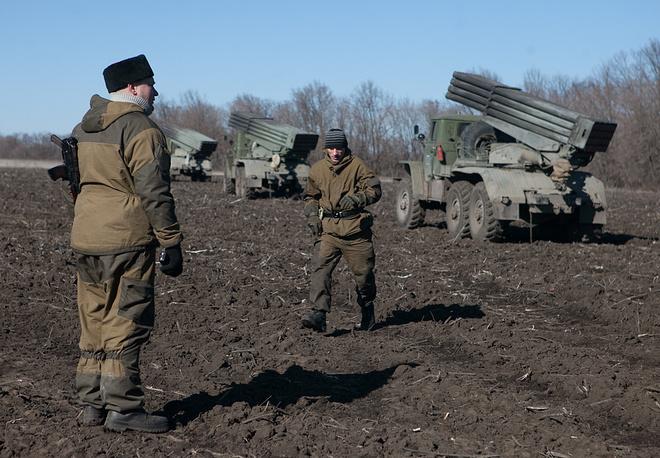 Согласно минским договоренностям от 12 февраля, в Донбассе вводится всеобъемлющее прекращение огня с 15 февраля, отводится тяжелое вооружение от линии соприкосновения сторон и создается зона безопасности. На фото: военнослужащие армии ДНР во время отвода тяжелой техники в районе Тельманово