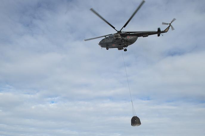Эвакуация спускаемой капсулы с помощью вертолета Ми-8