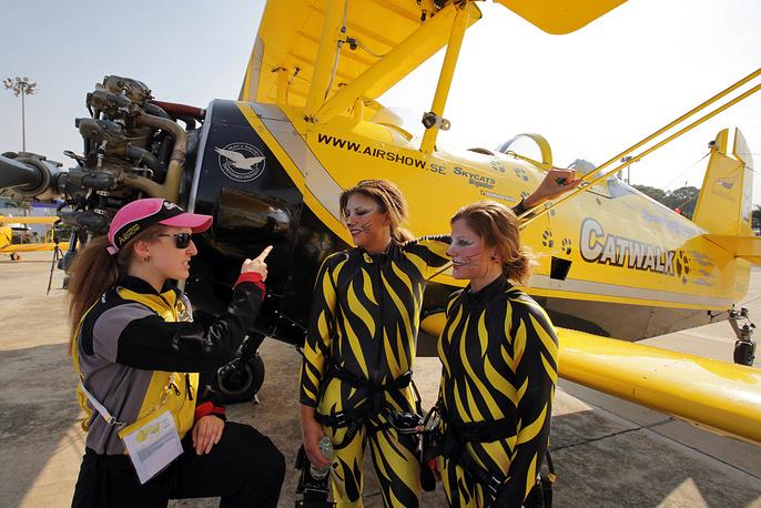 Участники шведской авиационной шоу-группы Sky Cats. Главный трюк пилотажной группы из Швеции - Wingwalking - выход девушек на плоскость крыла самолета в полете без страховки
