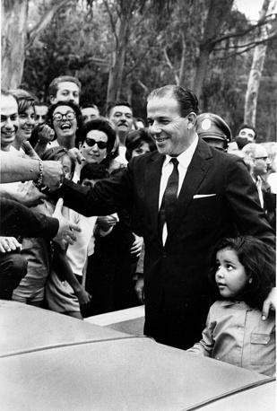 В ночь на 1 апреля 1964 года в результате военного переворота был вынужден бежать бразильский президент Жуан Гуларт, занимавший пост главы государства с 1961 года. Причиной его свержения стало углубление экономического кризиса и увеличение безработицы, что привело к росту социальной напряженности. Вначале он направился в город Порту-Алегри на юге Бразилии, затем перебрался в Уругвай. Жуан Гуларт умер 6 декабря 1976 года в Аргентине. На фото: Жуан Гуларт в Солимар, Уругвай, 5 апреля 1964 года