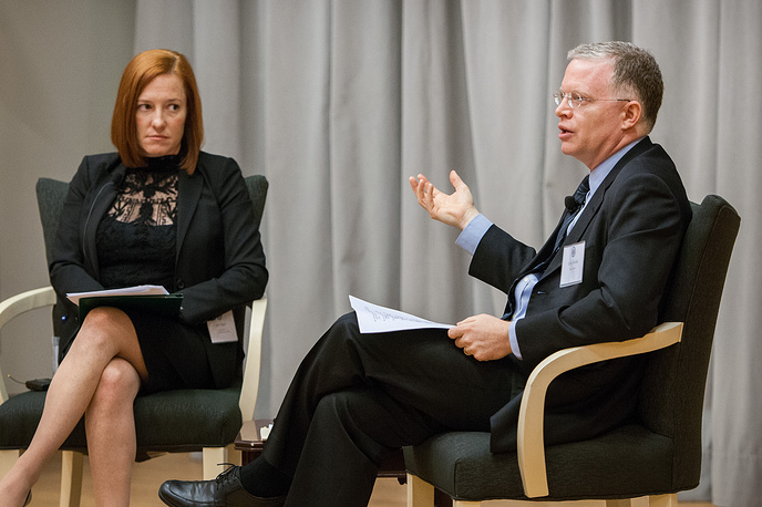 Дженнифер Псаки и публицист Дэвид Роде во время конференции в Вашингтоне, 2015 год
