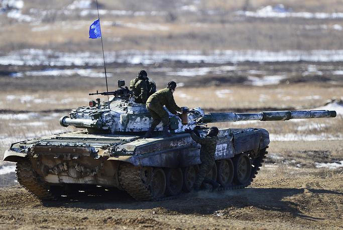Экипаж загружает боекомплект в танк